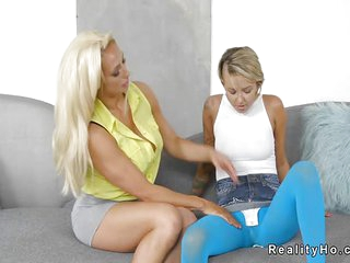 Teen lesbian in blue tights licks Milf