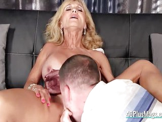 Horny mature whore enjoys pussy drilling